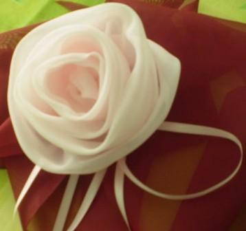 Попробуйте сделать. розу из ткани.  Ткань лучше подобрать легкую...